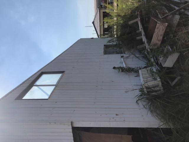 屋根の飛ばされた建物