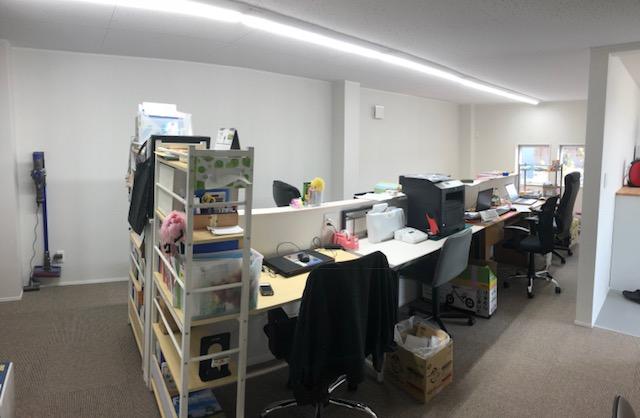 スタッフ事務所も未完成ながらデスクは設置